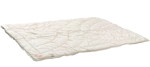 The outer fabric of this duvet is natural cotton and the two fleece blankets are quilted with pure new wool.